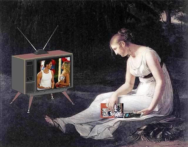 Manipolazione di un dipinto ottocentesco: la donna in abito napoleonico guarda una soap opera in televisione.