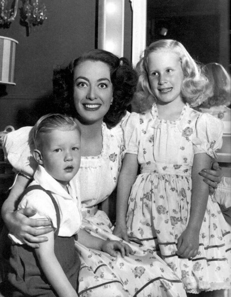 Adozione per i single: Joan Crawford con i figli adottivi
