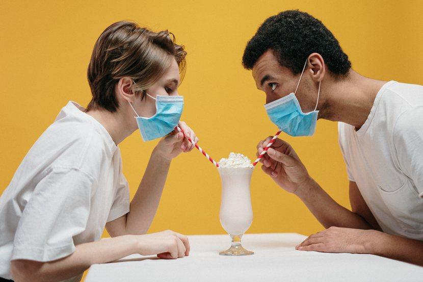 ansia da pandemia: due ragazzi con mascherine