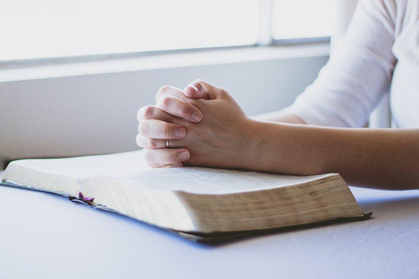 Codice etico: le mani intrecciate di chi medita